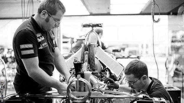 Het werk als monteur in de formule 1 deel 4 lange dagen for Monteur de stand